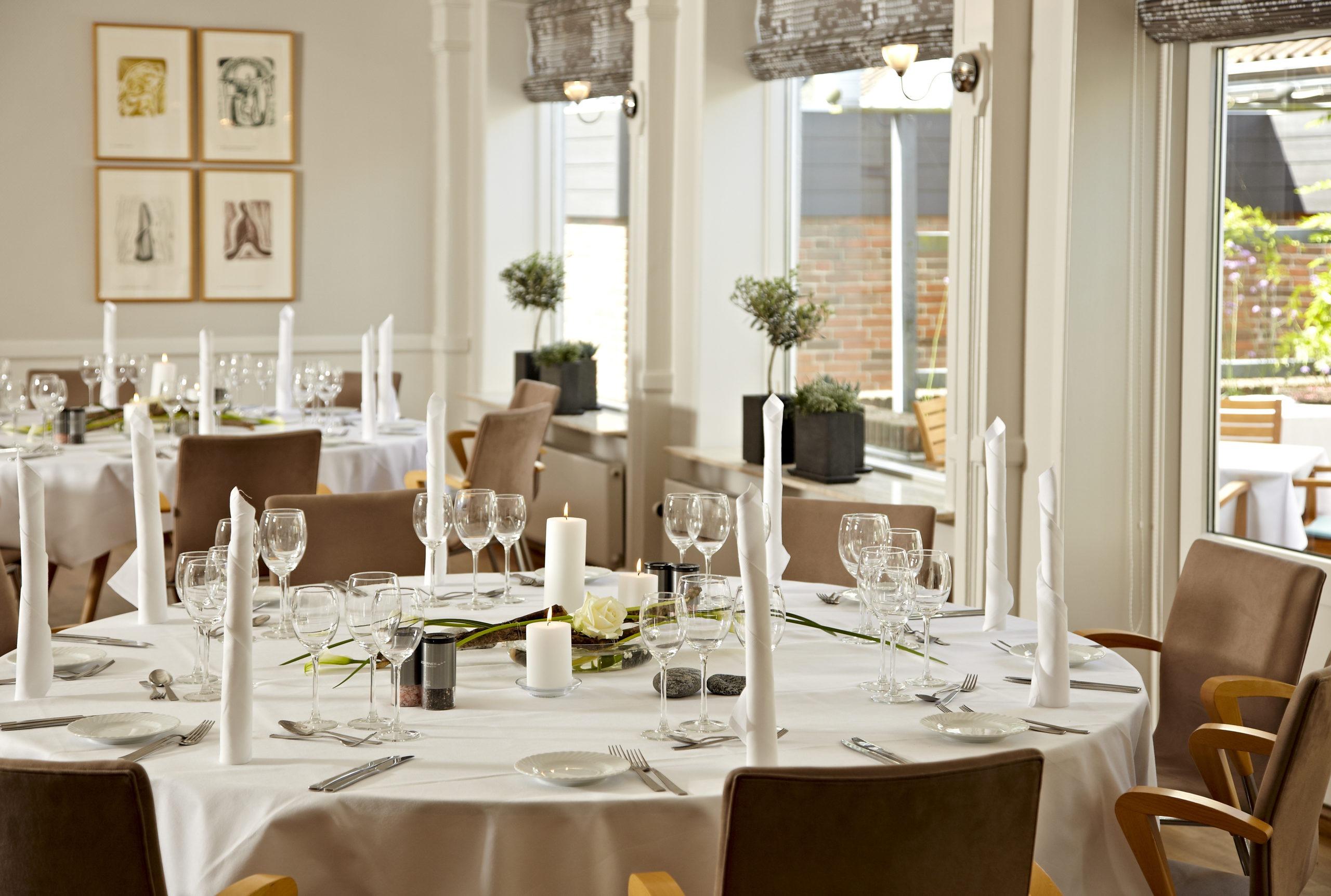 Smuk dækkede borde klar til spisende gæster