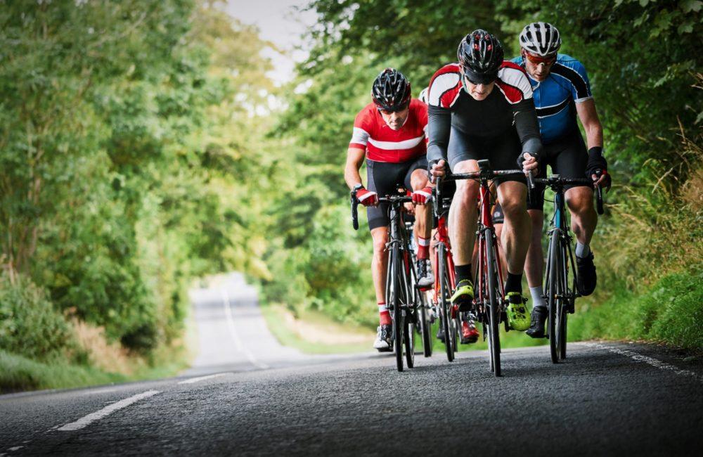 cyklister kører op ad bakke i en slutspurt