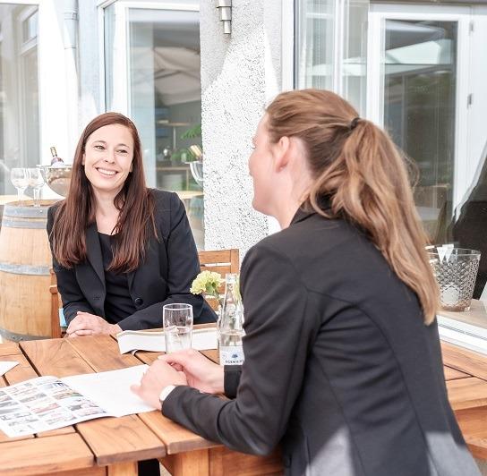 kvinder taler sammen og griner i resaturanten