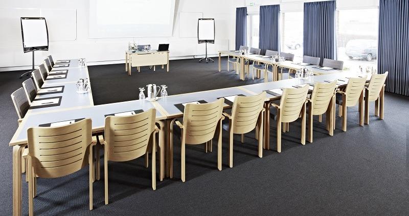 stort konferencelokale med borde og stole