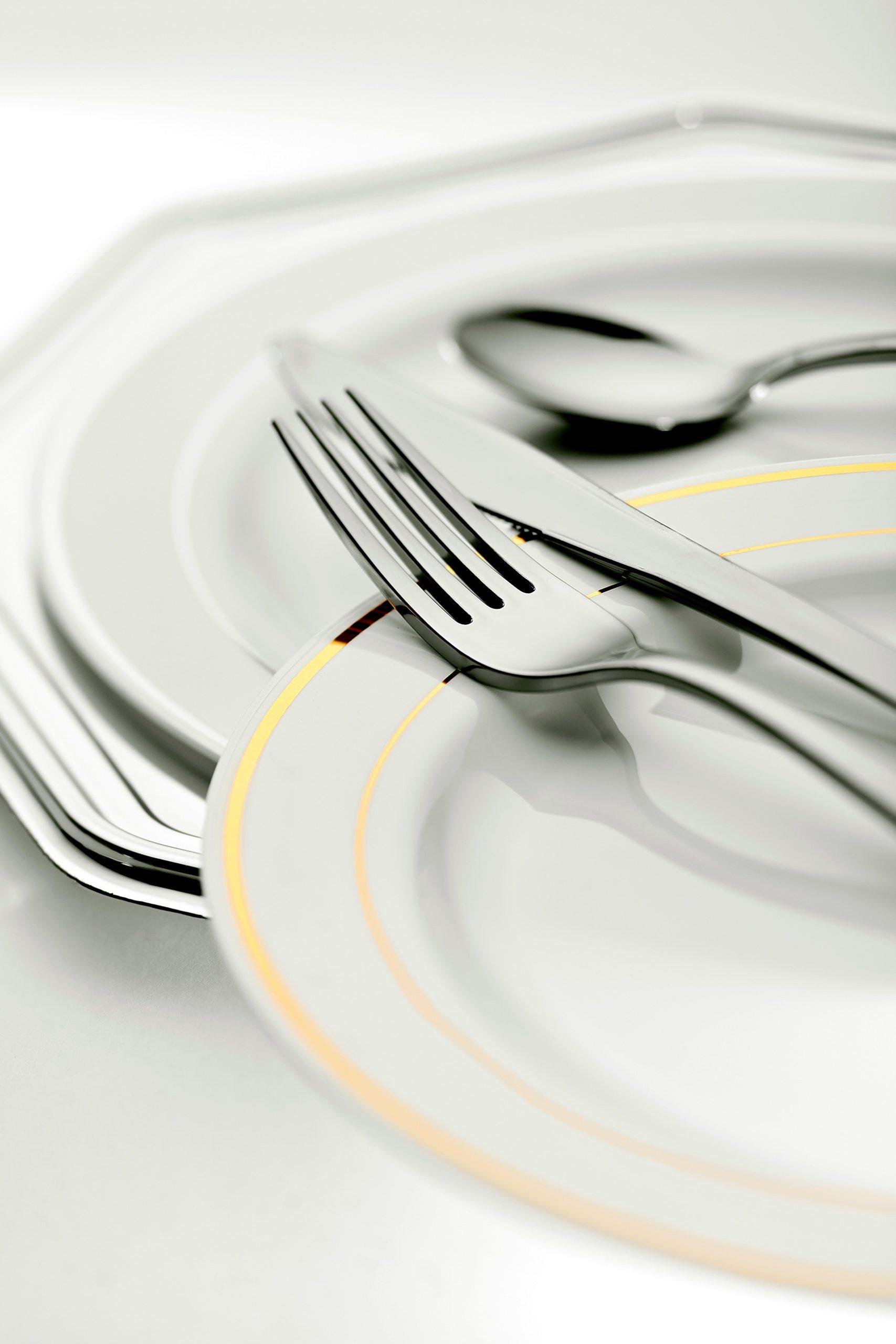 Bestik og tallerkener på restaurant